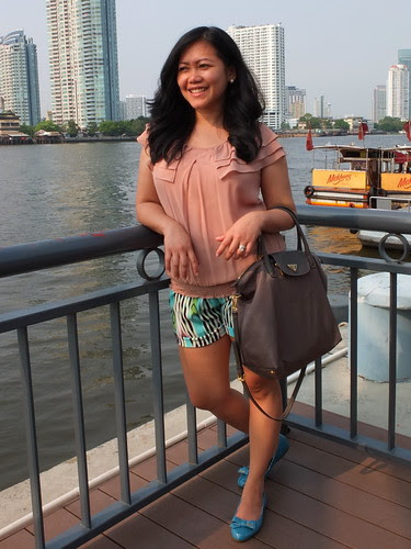 jlo shorts - prada flats - prada nylon bag (2)
