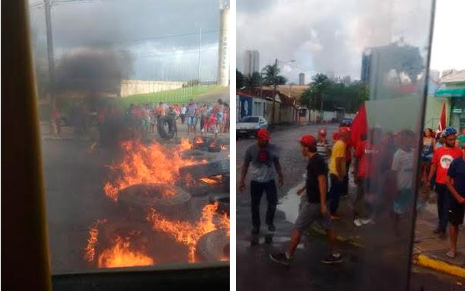 Na foto da esquerda, protesto em frente ao Centro de Convenções. À direita, manifestantes na Avenida Norte. Fotos: Aline Leobaldo/ Márcia Olegário/ Cortesia (Na foto da esquerda, protesto em frente ao Centro de Convenções. À direita, manifestantes na Avenida Norte. Fotos: Aline Leobaldo/ Márcia Olegário/ Cortesia)