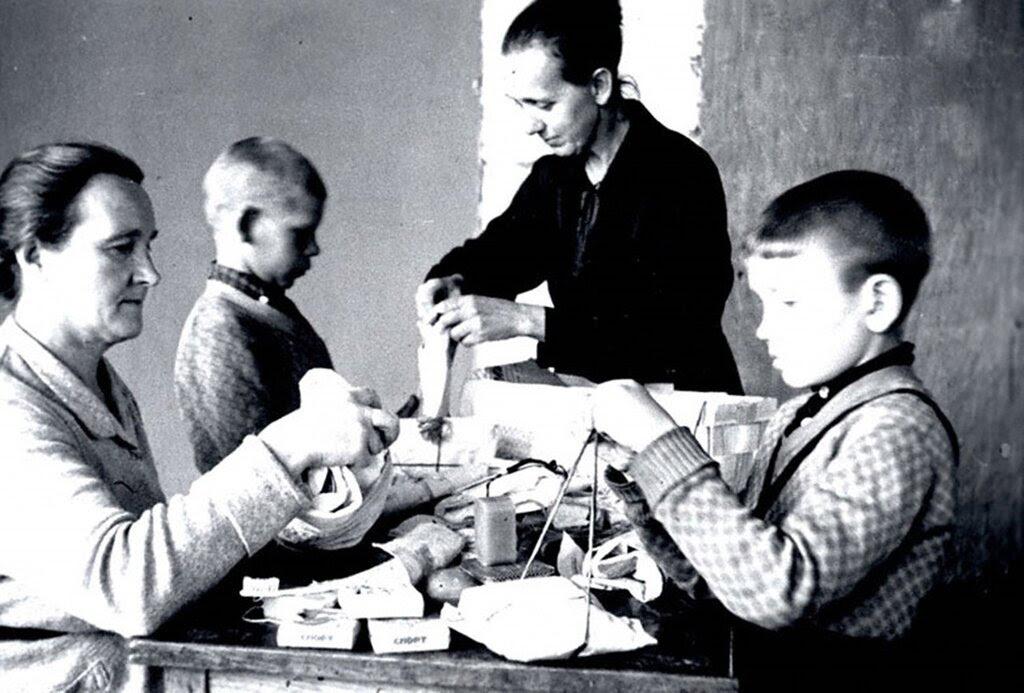 Школьники Домодедовской школы №1 готовят подарки для бойцов Красной Армии. Сентябрь 1941 г. Московская область.