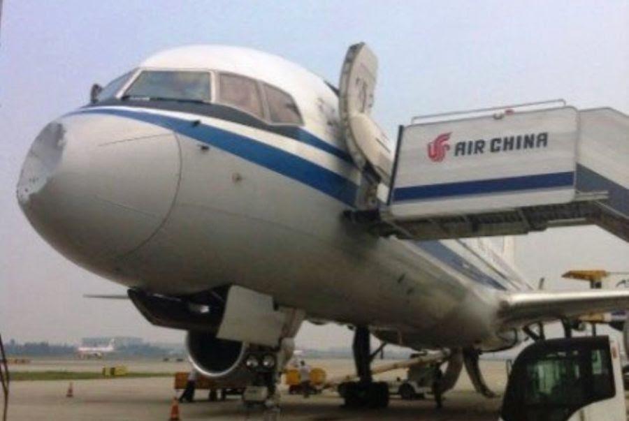 Avião foi atingido por ovni na ponta / Reprodução/YouTube