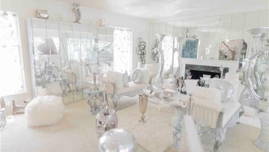 'Only shown on sunny days': Statue-packed Detroit home up for $550K cash