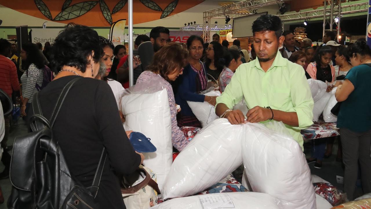 Les visiteurs s'arrachent les oreillers de Jobe Pillows & Cushions.