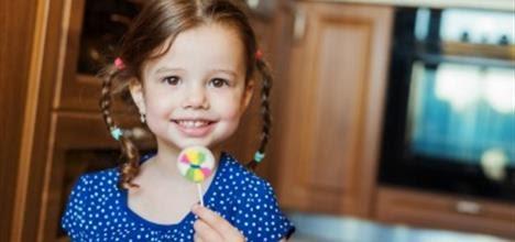 Cómo controlar el consumo de golosinas de su hijo