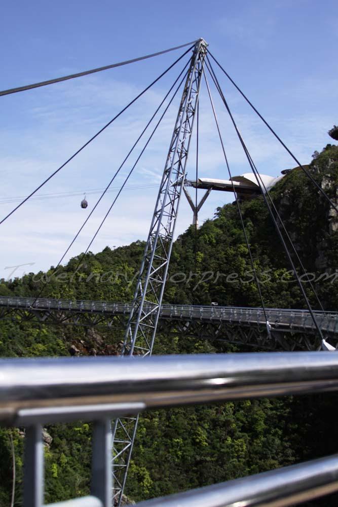 Highlights: Jembatan Gantung dan pasar malam yang berpindah setiap