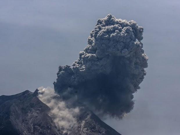 Vulcão Sinabung, na província de Sumatra do Norte, entrou em erupção e lançou uma fumaça e cinzas a mais de dois quilômetros de distância da cratera (Foto: YT Haryono / AFP)