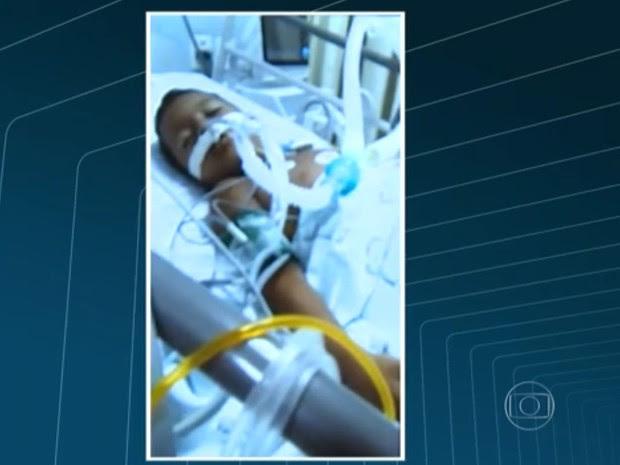 Kaique sofreu descarga elétrica ao encostar em roleta do BRT no Rio (Foto: Reprodução/TV Globo)
