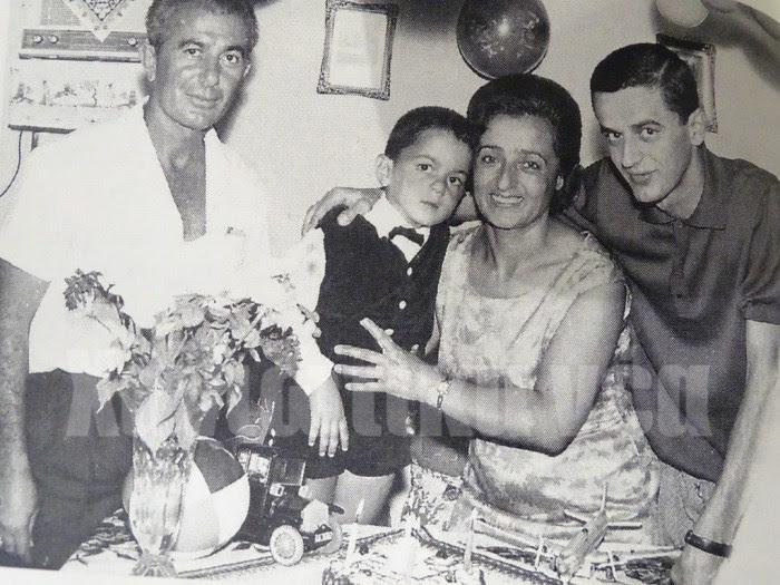 Ο Σάββας Νιζαμίδης σε ηλικία 3 ετών το 1965. Μετά από δύο χρόνια είδε και τους δύο γονείς του να παίρνουν τον δρόμο της εξορίας, όπως είχε ζήσει και ο αδελφός του Γιάννης (πρώτος από δεξιά) με τον οποίο είχαν 19 χρόνια διαφορά, την περίοδο του εμφυλίου!