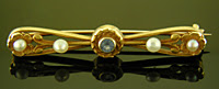 Sapphire and pearl brooch. (J9317)
