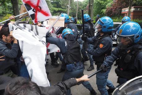 Redazione di Operai Contro, la polizia difende sempre i parassiti dei partiti Ancora una volta il segretario della Lega Matteo Salvini viene accolto, giustamente, da una manifestazione di protesta Scontri […]