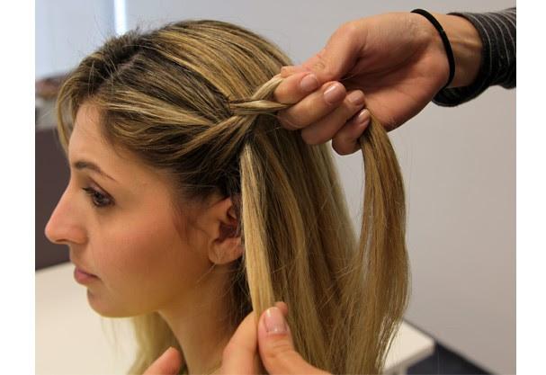Trance duas partes e solte uma, pegue mais cabelo e repita o precedimento (Foto: Redação Glamour)