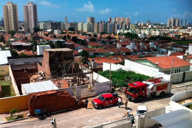Equipes de resgate socorreram três trabalhadores que ficaram feridos após o desabamento (Foto: Fred Carvalho/G1)
