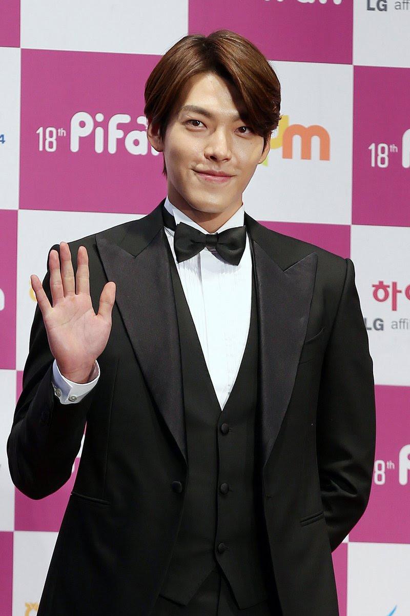 韓國人未必只穿窄領窄版,像金宇彬之前就穿過超大翻領西裝。(圖/Wikipedia)