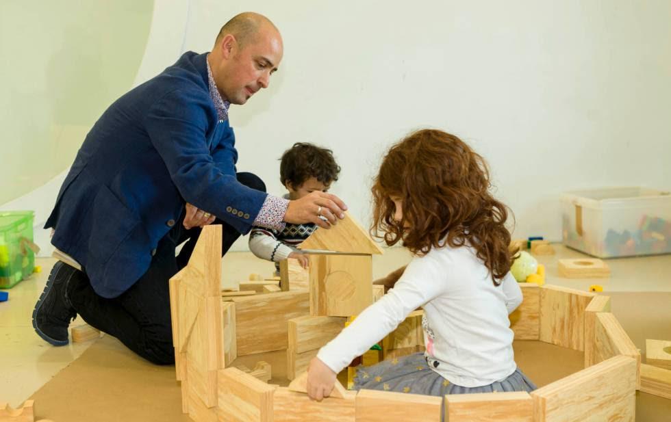 Ritxar Bacete con sus hijos en su oficina en casa y sala de juegos.
