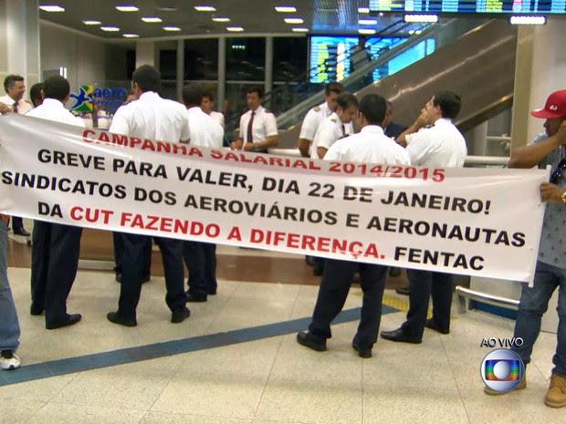Aeronautas e aeroviários faziam manifestação no Santos Dumont na manhã desta quinta (Foto: Reprodução / TV Globo)