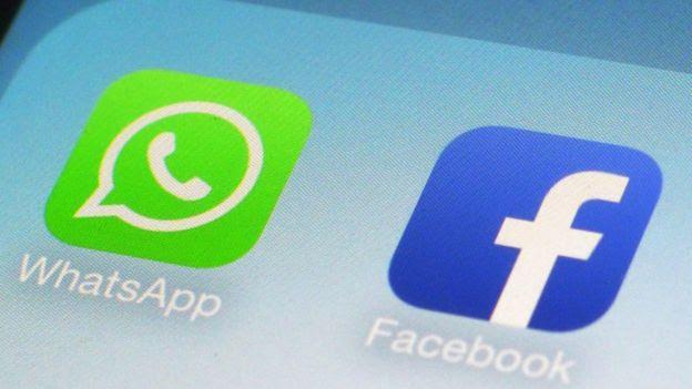 Logo do Facebook e do WhatsApp na tela de um telefone