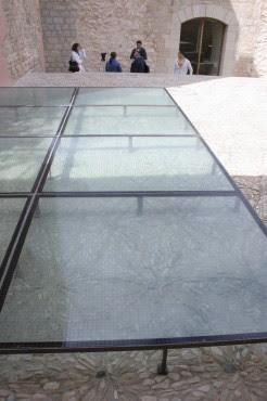 Se han istalado placas protectoras transparentes del pavimento original.