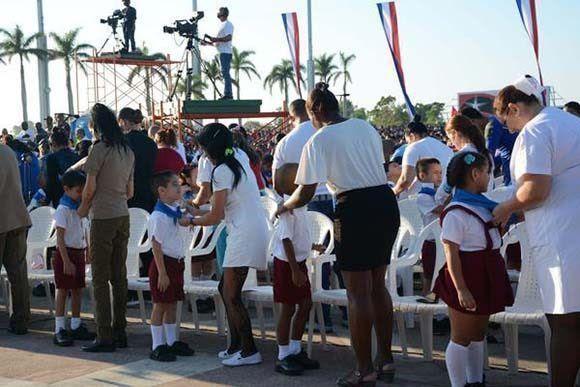 Niños de la educación primaria, que ingresan a la Organización de Pioneros José Martí, recibieron su pañoleta en el acto político-cultural por el aniversario 50 de la caída en combate del Che en Bolivia, y el aniversario 20 del regreso junto a su Destacamento de Refuerzo, en la Plaza Ernesto Che Guevara, de la ciudad de Santa Clara, el 8 de octubre de 2017. Foto: Arelys María Echeverría/ ACN.