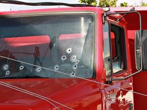 Onze tiros atingiram o para-brisa do caminhão (Foto: Agência Miséria)