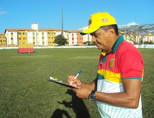Flávio Araújo faz suas anotações sobre time do Sampaio (Foto: Afonso Diniz/Globoesporte.com)