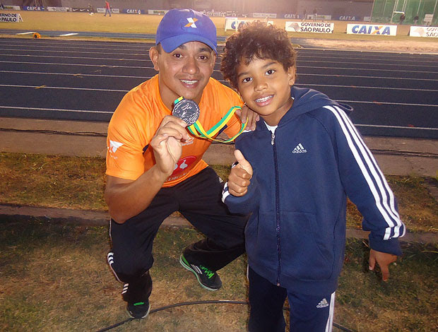 Vicente Lenilson no torfeu brasil de atletismo com o filho (Foto: Amanda Kestelman / Globoesporte.com)
