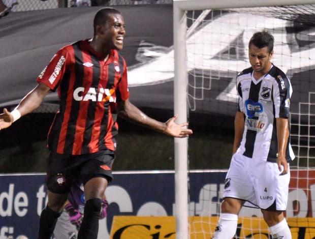 Atlético-PR x abc Marcelo Cirino (Foto: Agência Estado)