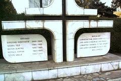 LE-A FOST FACUT UN MONUMENT LA FAUR IN 1990