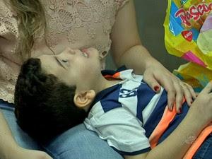 Matheus, de cinco anos, fez tratamento durante meses para poder comer chocolate pela primeira vez (Foto: TV Verdes Mares/Reprodução)