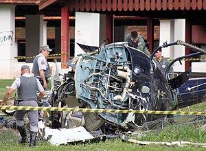 O helicóptero, que ficou destruído após a queda, está em situação regular