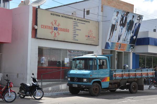 Oficiais de Justiça lacraram o imóvel e retiraram equipamentos e móveis da Central do Cidadão