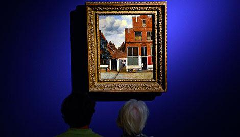 Dos visitantes contemplan 'La callejuela'. | AFP