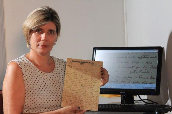 Daliana Cascudo, neta do folclorista Câmara Cascudo, com uma carta original do acervo do seu avô