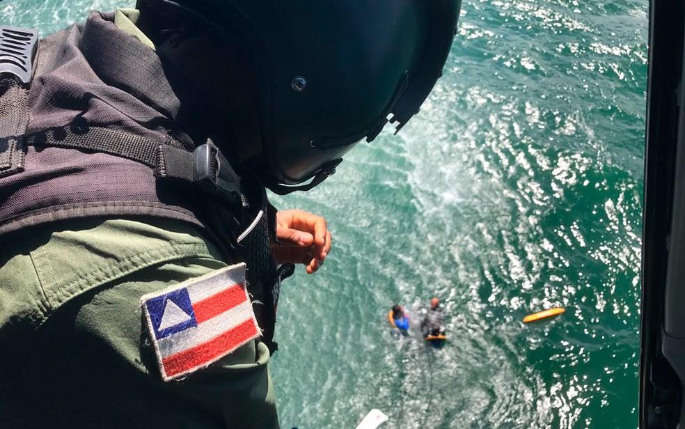 Atletas foram resgatados de helicóptero pela Polícia Militar (Foto: Divulgação/SSP-BA)
