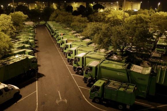 Camiones de basura fuera de servicio en una planta de procesamiento de basura en Lisboa. Foto: AP.