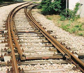http://upload.wikimedia.org/wikipedia/commons/thumb/9/99/Eisenbahnweiche_Bogenweiche.jpeg/277px-Eisenbahnweiche_Bogenweiche.jpeg