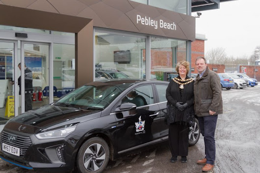Swindon's mayor gets behind the wheel of environmentally-friendly car from Pebley Beach - The Swindonian