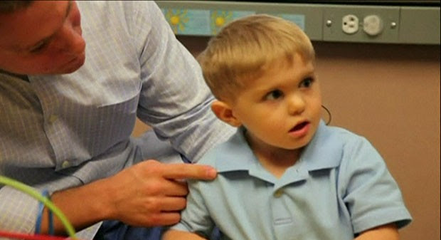 O menino recebeu um implante auditivo no tronco cerebral (Foto: Cortesia da Universidade da Carolina do Norte/BBC)
