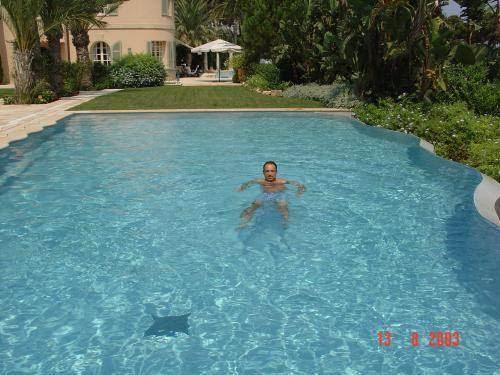 Jean-François Copé dans la piscine de la villa de Ziad Takieddine.