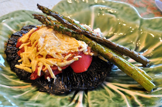 what the hell _does_ a vegan eat anyway?: Grilled Portobello Mushroom with Roasted Red Bell Pepper and Grilled Asparagus