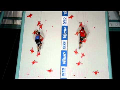 video que muestra como dos personas escalan una pared de forma muy rapida