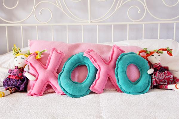 Valentine's XOXO Pillow Tutorial - cute Valentine's day gift!