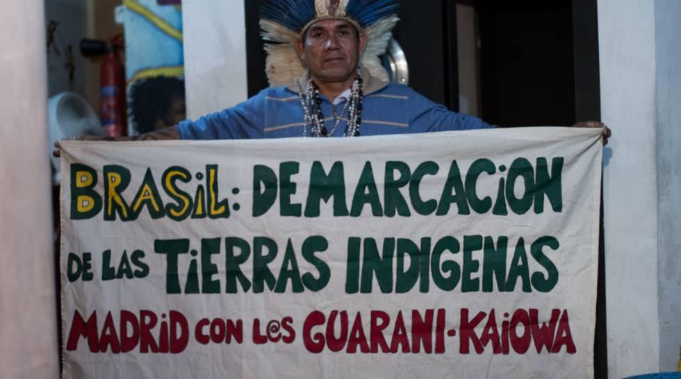 Ladio Verón exhibe un cartel de apoyo a su comunidad.