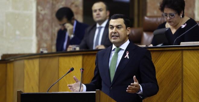 El portavoz del PP-A, Juanma Moreno, durante su intervención en la segunda sesión del debate sobre el estado de la comunidad, el primero que se celebra en Andalucía con la participación de cinco grupos parlamentarios. EFE/José Manuel Vidal