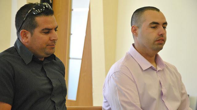 גיא אליהו (מימין) ומני נפתלי בבית המשפט (צילום: עפר מאיר)