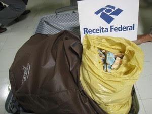Mala com dinheiro apreendida no aeroporto de Viracopos, em Campinas (Foto: Receita Federal)