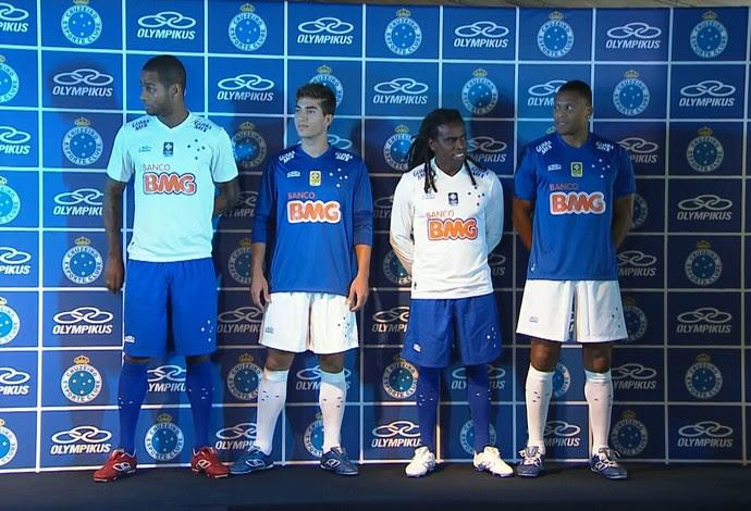 Dedé, Tinga, Lucas Silva e Júlio Baptista com o novo uniforme de jogo (Foto: Reprodução\Globo Esporte)