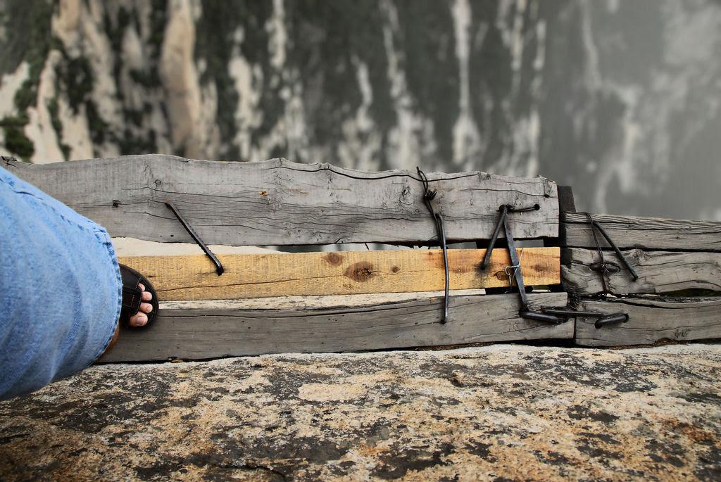 Como estreitas Travessias POR Tábuas de madeira não penhasco de Huashan 07
