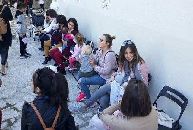 Με τη συμμετοχή πολλών γυναικών πραγματοποιήθηκε ο δημόσιος θηλασμός στα Τρίκαλα