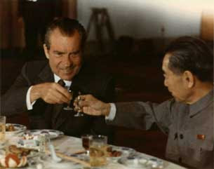 Tổng thống Hoa Kỳ Richard Nixon và Thủ tướng Trung Quốc Chu Ân Lai tại Bắc Kinh hôm 25-2-1972. Photo courtesy National Archives & Records Administration.