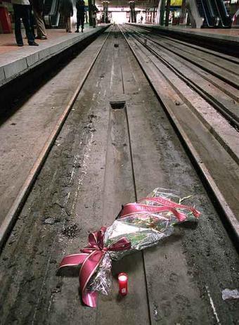 http://eslatele.com/wp-content/uploads/2010/01/Ramos_flores_vias_Atocha_11-M.jpg