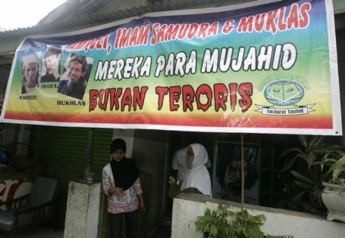 """A banner reading """"Amrozi, Imam Samudra and Muklas are Mujahiddeen, not terrorists"""" hangs outside the house of Samudra's mother in Serang, Banten province November 6, 2008. Indonesian officials on Thursday told the family of one of the three militants sentenced to death for the 2002 Bali bombings to accept execution once it happens, a sign that executions will take place soon."""